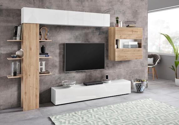 weiße Wohnwand mit Holzelementen